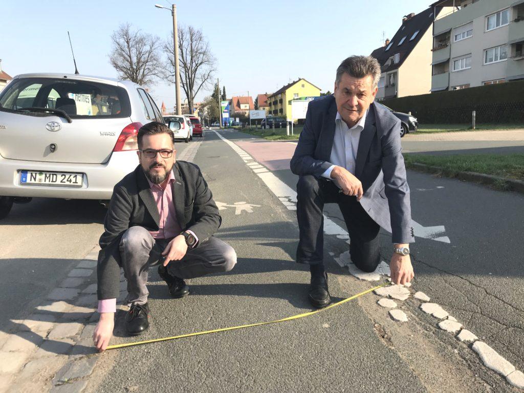 Vorsitzender Michael Kraus (li.) und CSU-Stadtrat Kilian Sendner (re.) nehmen Maß am alten Fußweg in der Eibacher Hauptstraße