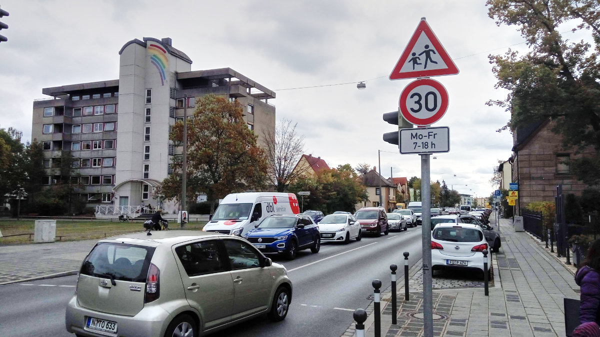 """Das Bild zeigt die Tempo 30 Beschilderung auf der Eibacher Hauptstraße auf Höhe des """"Schwarzen Adler"""""""